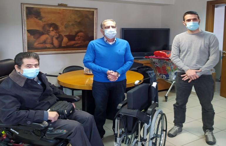Το τρίτο αναπηρικό αμαξίδιο της Περιβαλλοντικής Ομάδας του Πα.Μακ. δώρο στον Πανελλήνιο Σύλλογο Παραπληγικών